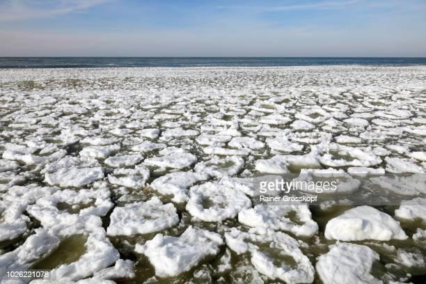 ice on lake michigan - rainer grosskopf stock-fotos und bilder