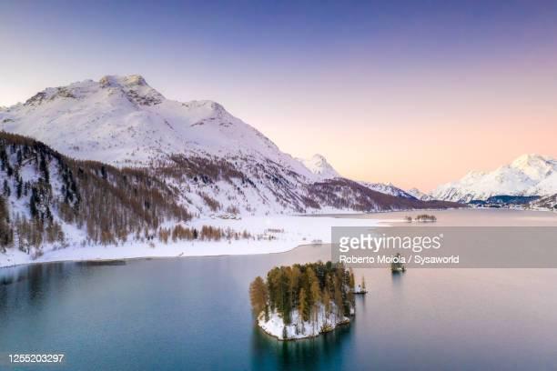 ice on lake sils surrounded by snow, switzerland - kanton graubünden stock-fotos und bilder