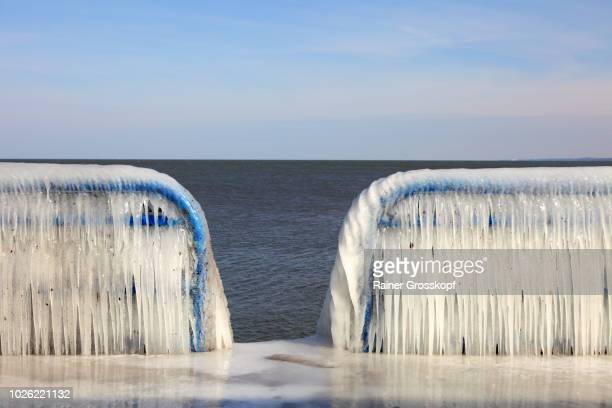 ice on railing of st. joseph pierhead lighthouse - rainer grosskopf foto e immagini stock
