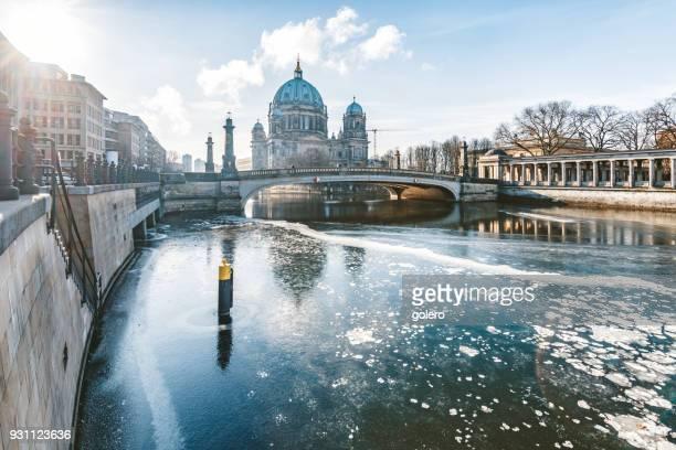 ベルリン大聖堂のあるシュプレー川を氷します。 - ベルリン大聖堂 ストックフォトと画像