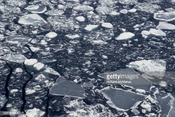 ice patterns in the antarctic sound - antarctic sound stockfoto's en -beelden