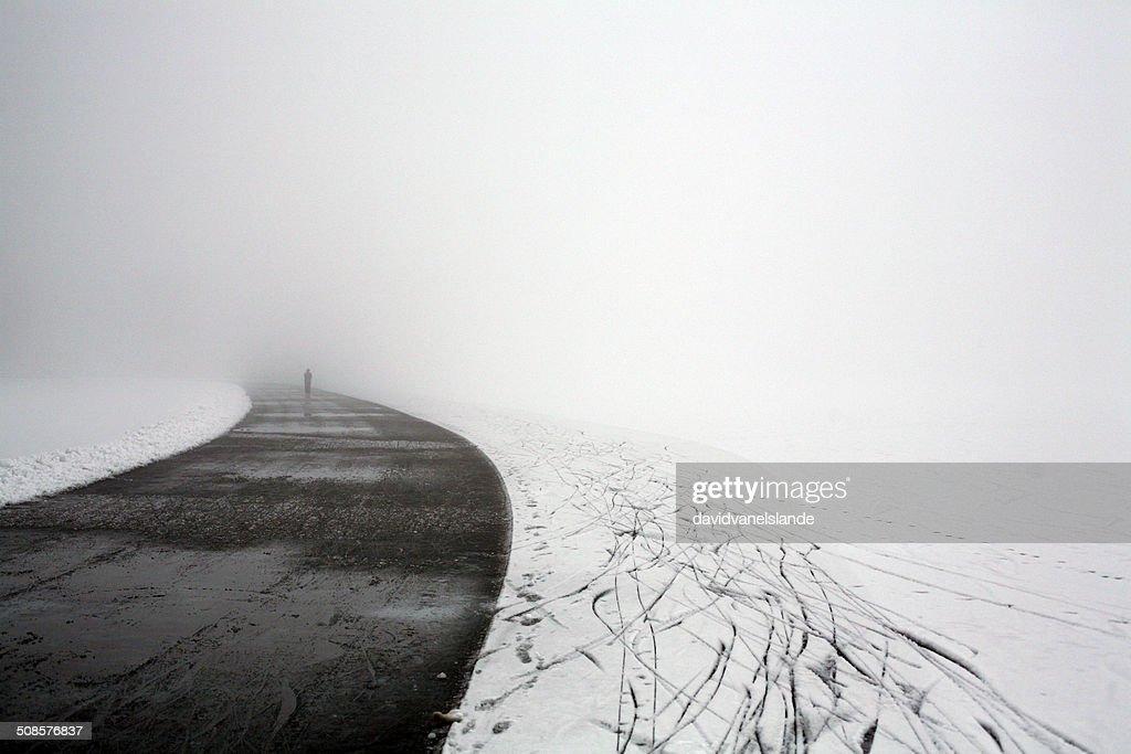 Ice road に潜む凍った湖 : ストックフォト