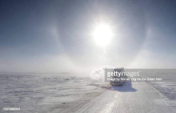 ice road trucking - tundra foto e immagini stock