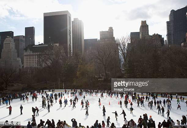 ice skating in central park, new york city, usa - central park manhattan - fotografias e filmes do acervo