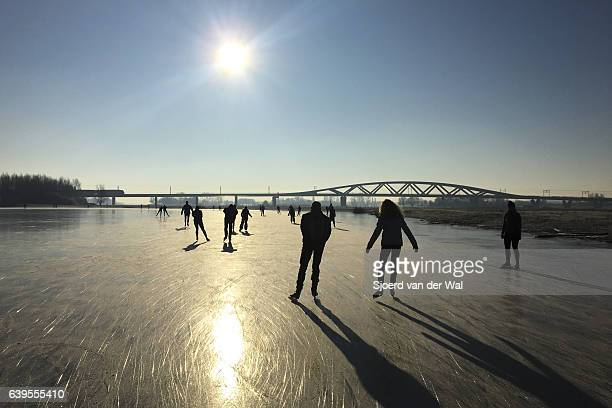 "ice skating on a frozen lake in holland during winter - ""sjoerd van der wal"" stockfoto's en -beelden"