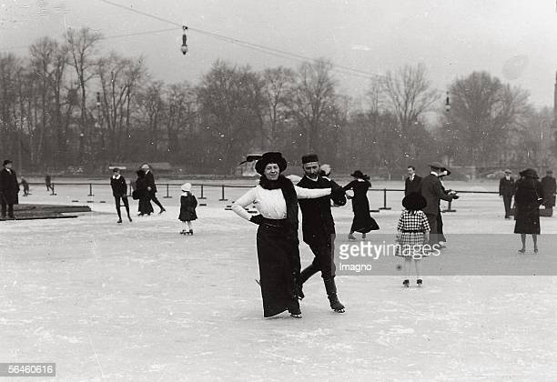 Ice skating. Photography by Rudolf Balogh. Around 1910. [Eislaufen im Stadtwaeldchen. Photographie von Rudolf Balogh. Um 1910.]