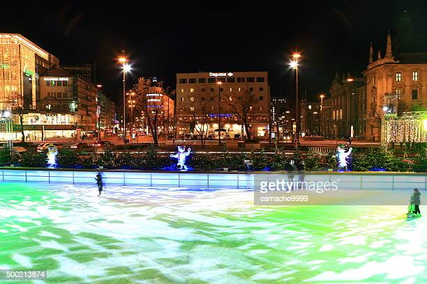 Eislaufen Ring am Karlsplatz Stachus Weihnachtsmarkt in der Nacht