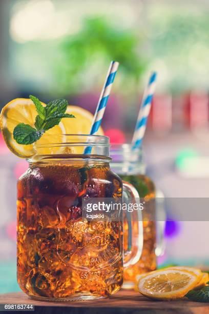 Ice Tea met citroen en munt in een pot