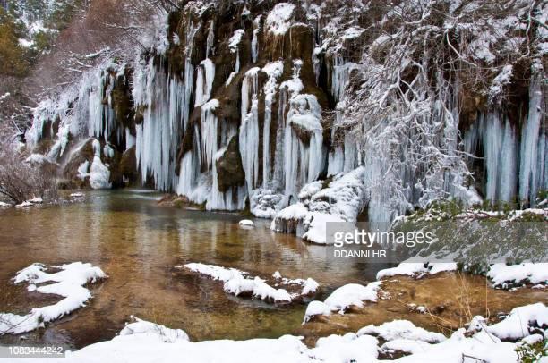 ice water waterfall - cuenca provincia de cuenca fotografías e imágenes de stock