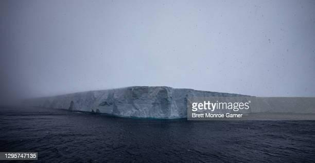 iceberg a-68 - oceano antartico foto e immagini stock