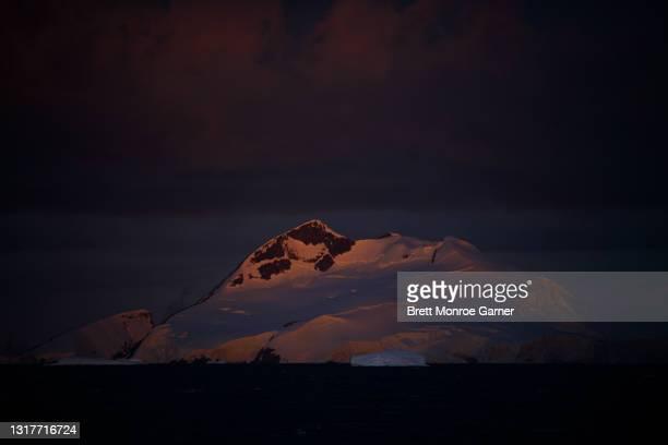 iceberg in antarctica at sunset - antarctic sound foto e immagini stock