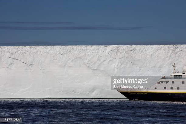 iceberg in antarctica - antarctic sound fotografías e imágenes de stock