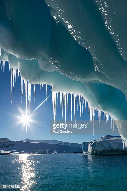 iceberg in lemaire channel, antarctica - oceano antartico foto e immagini stock