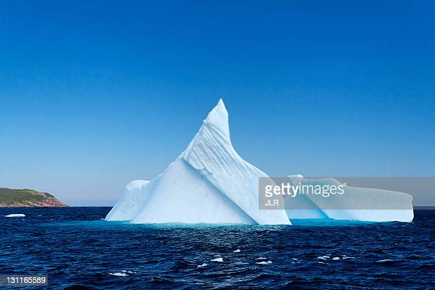 iceberg in witless bay, newfoundland - canada - iceberg photos et images de collection