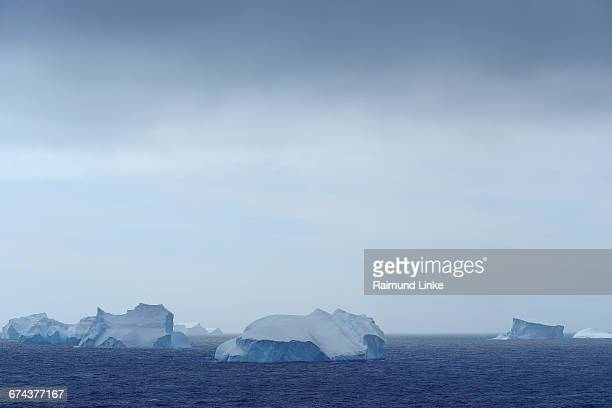 iceberg - antarctic sound fotografías e imágenes de stock