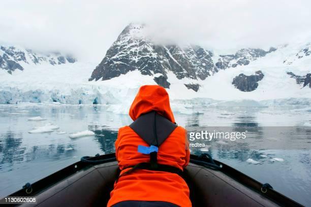 iceberg tour - antartide foto e immagini stock