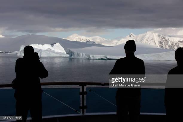 iceberg viewing in antarctica - antarctic sound fotografías e imágenes de stock