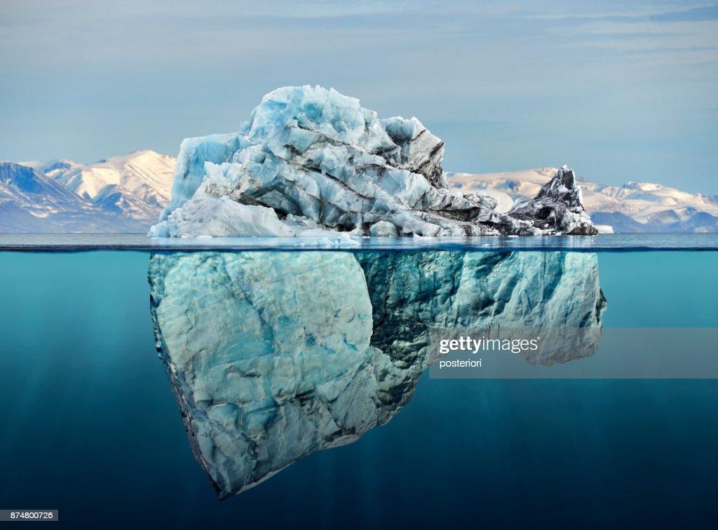 iceberg por encima y debajo del agua con vista : Foto de stock