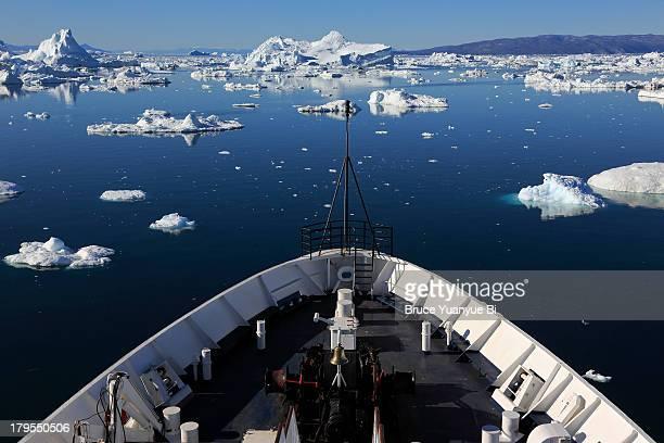 icebergs and a ship bow - schiffsbug stock-fotos und bilder