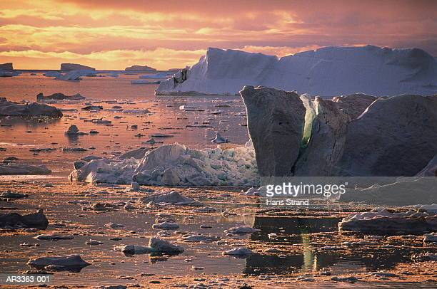 icebergs and ice formations during midnight sun, disko bay, greenland - pakijs stockfoto's en -beelden