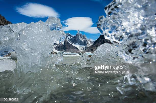 icebergs at beach against sky - cerro torre stock-fotos und bilder
