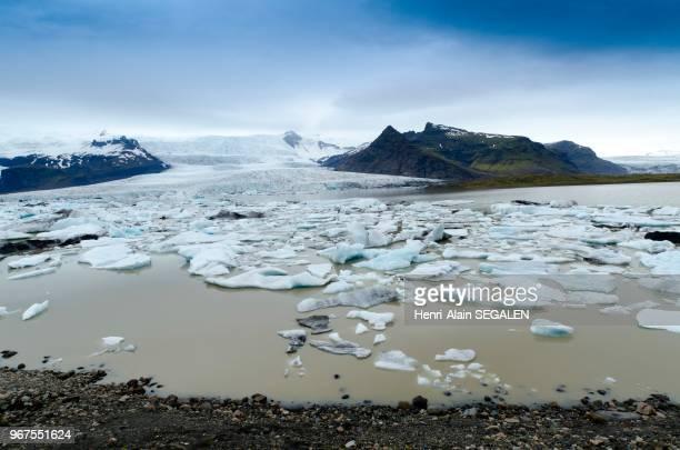 Icebergs bleus dans le lac protoglaciaire Jokulsarlon du glacier Vatnajokull dans la région du Austurland en Islande