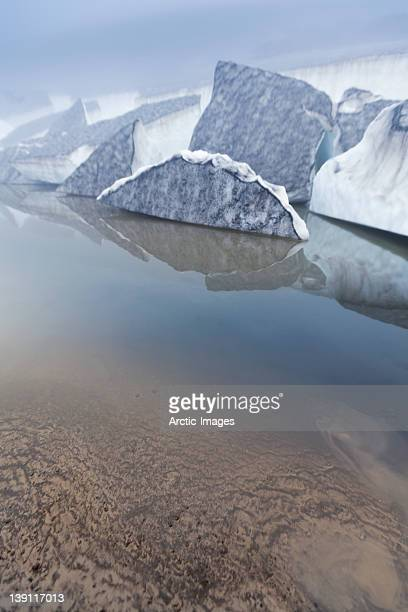 icebergs covered with ash in lagoon - fimmvorduhals volcano stockfoto's en -beelden