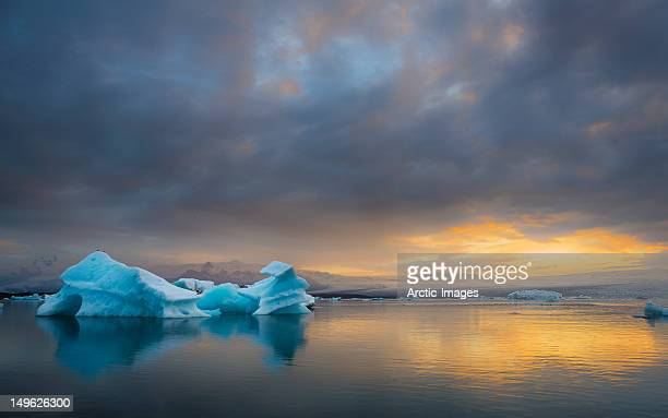 icebergs floating in a glacial lagoon - breidamerkurjokull glacier stock photos and pictures
