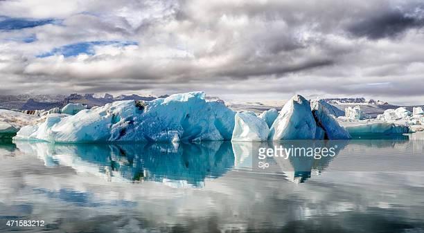 Icebergs flotante en el Jokulsalon laguna glacial de jökulsarlon en Islandia