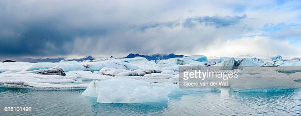 icebergs floating  in the jokulsalon glacier lagoon in iceland. - sjoerd van der wal or sjo stockfoto's en -beelden