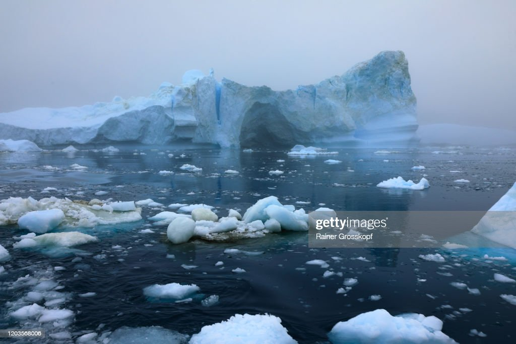 Icebergs floating in the sea on a foggy and cloudy day : Stock-Foto