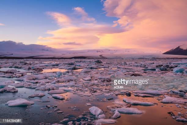 ビーチアイスランドに浮かぶ氷山 - 南極海 ストックフォトと画像