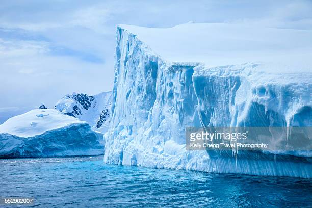 icebergs in antarctica - iceberg photos et images de collection