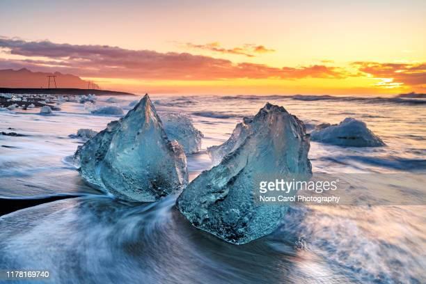 icebergs in diamond beach jokulsarlon - jökulsárlón lagoon stock pictures, royalty-free photos & images