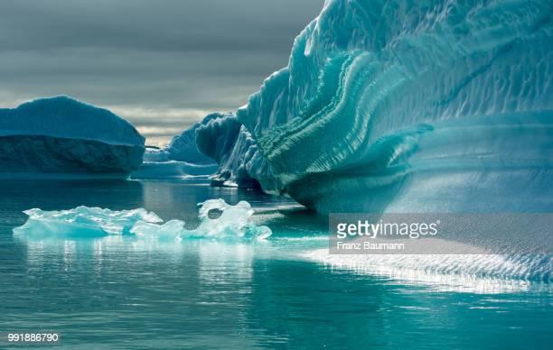 icebergs in greenland. - ターコイズブルー ストックフォトと画像