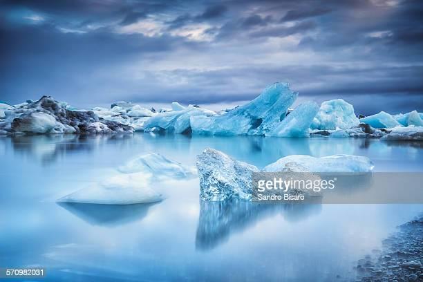 icebergs in jokulsarlon lagoon - gletscher stock-fotos und bilder