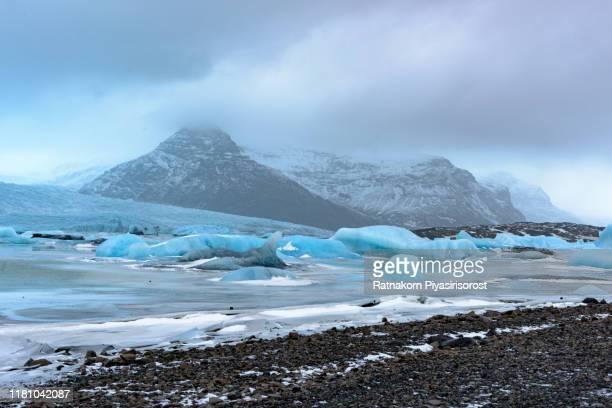 icebergs in jokulsarlon, large glacier lagoon. vatnajokull national park, iceland - 氷河湖 ストックフォトと画像