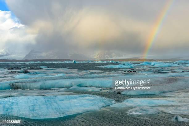 icebergs in jokulsarlon, large glacier lagoon. vatnajokull national park, iceland - バトナ氷河 ストックフォトと画像