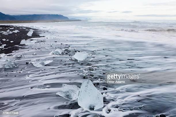 icebergs on beach jokulsarlon glacial lagoon, iceland - peter adams stock pictures, royalty-free photos & images