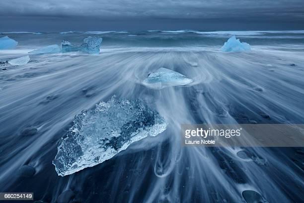 icebergs on black sand, jokulsarlon ice beach - jökulsárlón lagoon stock pictures, royalty-free photos & images