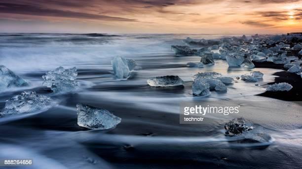 日没、南アイスランド手配ラグーンで氷のようなビーチで氷山 - 氷河湖 ストックフォトと画像