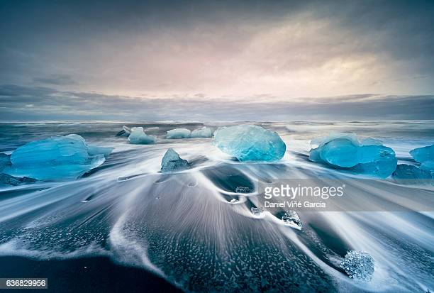 icebergs on the jokulsarlon glacial lake - poolklimaat stockfoto's en -beelden