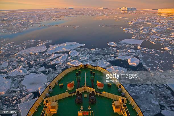 icebreaker in the ocean of ice floes, antarctica - romper el hielo fotografías e imágenes de stock