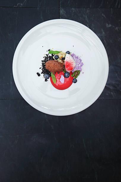 ice-cream with fresh berries and meringue - 餐後甜品 個照片及圖片檔