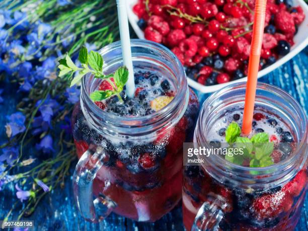 iced drinks made of frozen berries - lampone mora di rovo foto e immagini stock