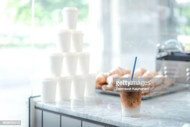 iced latte coffee in the cafe - koffie drank stockfoto's en -beelden