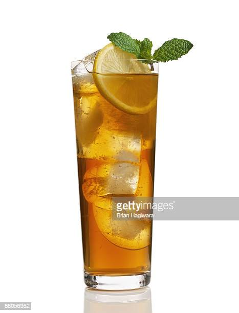 Iced tea with lemon garnish