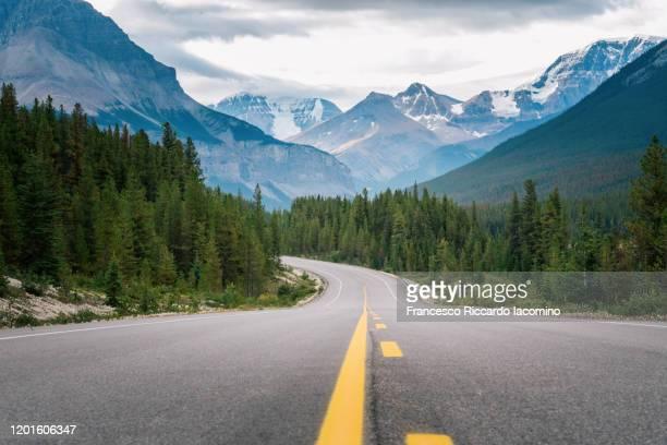 icefields parkway, world famous scenic road in the canadian rockies - montañas rocosas canadienses fotografías e imágenes de stock