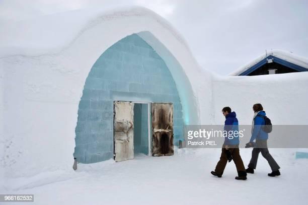 Icehotel, clients se dirigeant vers l'entrée, le 30 janvier 2016, Kiruna, Suède.
