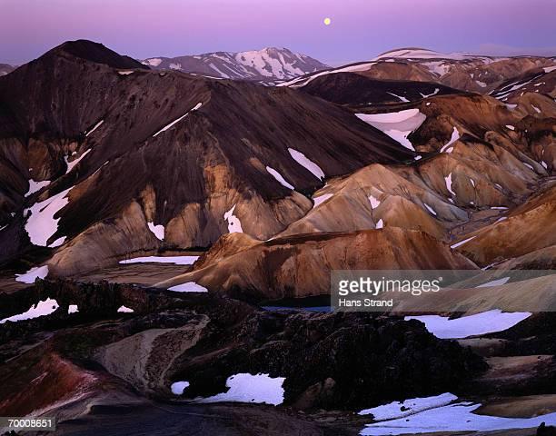 iceland, landmannalaugar, mountains, patches of snow - wasserform stock-fotos und bilder